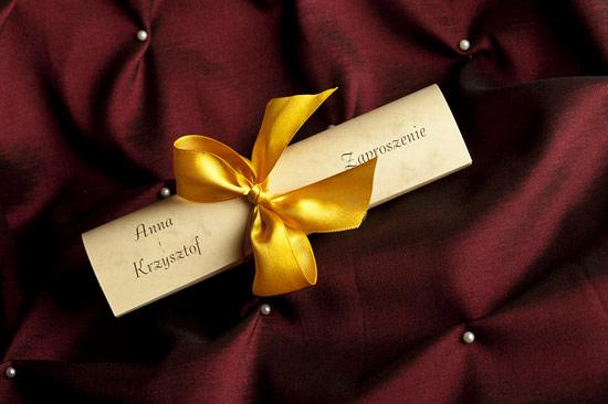 Eleganckie zaproszenia ślubne w formie rulonu ze wstążką